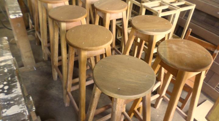 Móveis fabricados  na marcenaria da Prefeitura de Juína com madeiras doadas pelo Ibama
