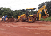 Equipe da Infraestrutura faz reconstrução de cabeceira da ponte sobre o Rio Perdido