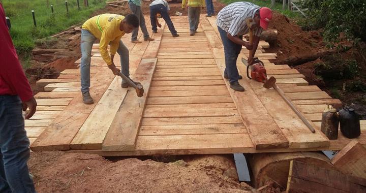 Secretaria de Infraestrutura trabalha na recuperação de estradas e pontes nos distritos de Terra Roxa e Filadélfia