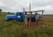 Equipe da Prefeitura de Juína reforma casa dos trabalhadores e constrói pontos de ônibus para crianças do distrito de Terra Roxa