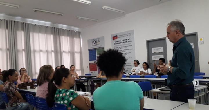 JUÍNA DEBATE O PAPEL DA ESCOLA NA PROMOÇÃO DA IGUALDADE RACIAL